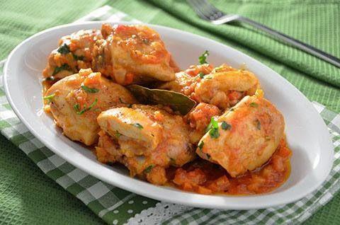 La ricetta del pollo alla cacciatora è molto antica e tipica soprattutto delle regioni del nord Italia. Il pollo viene cotto in pezzi con un saporito sughetto a base di sedano, carote, cipolle e pomodori pelati. Il pollo alla cacciatora è un secondo piatto succulento e facile da fare.