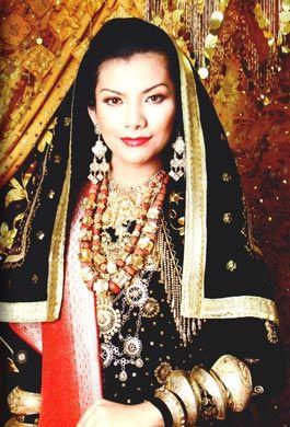 Pakaian pelaminan pengantin minangkabau berkerudung jilbab gaya koto gadang