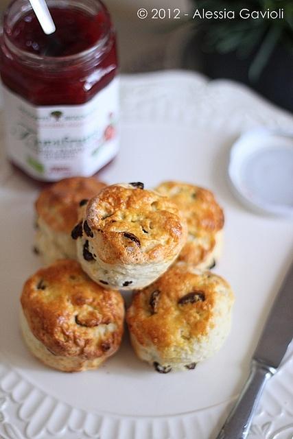 Scoones all'uvetta di Rose Bakery. Adoro questi panini dolci tipici inglesi! Peccato che l'unica volta che ho provato a farli... lasciamo perdere! Devo riprovare però :-)