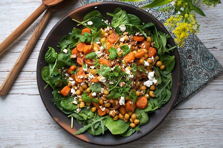 Nem og super lækker opskrift på en skøn kikærtesalat med ristede gulerødder og skønne krydderier - god som tilbehør til mange retter - få opskrift her