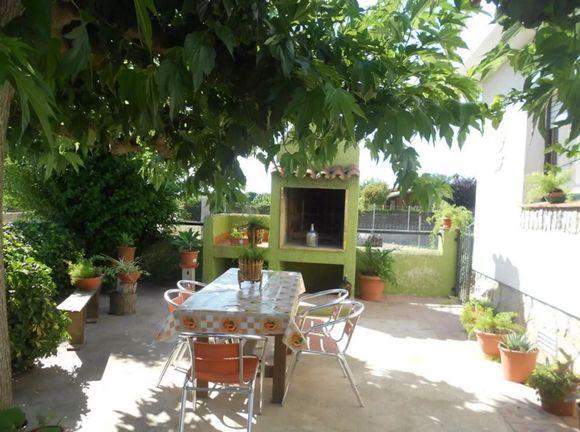 TARRAGONA, DELTEBRE. Casa rural Vora Riu. Dispone de 3 dormitorios, 1 baño, amplia cocina, salón comedor con sofá cama y jardín privado con espacio habilitado para #Mascotas.  Tiene capacidad para 6/7 personas. Situada  junto al río Ebro y la isla de Gracia, ofreciéndole multitud de posibilidades sin desplazarse como el paseo fluvial con carril bici, parque infantil y un entorno donde podrá realizar vela, #Piragüismo, #Kayaks, #PaseosEnBarco. #AlquilerBicicletas #AlquilerKayaks #Tarragona
