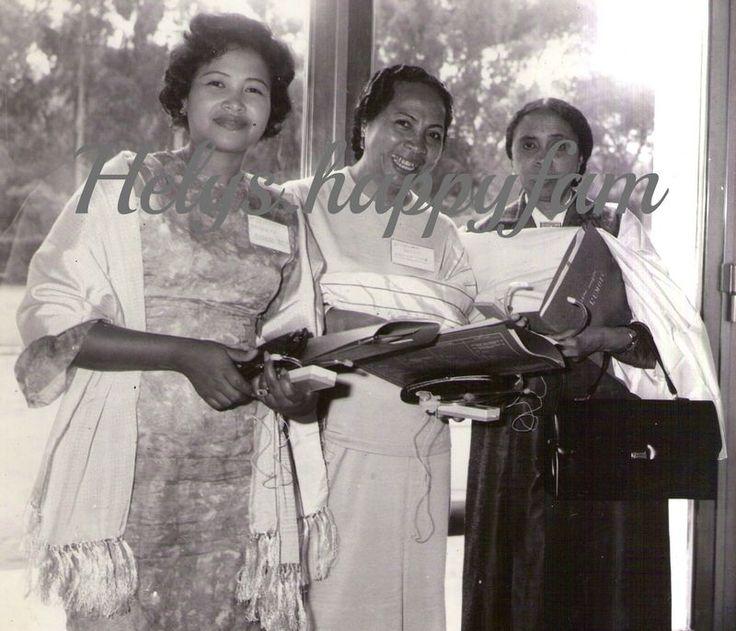 1967. Le lamba est un des attributs de la culture malgache que les touristes vazaha adoptent facilement. Il existe plusieurs sortes de lamba. -le lamba arindrano : c'est le vêtement de cérémonie des nobles, des riches ou des vieillards . -le lamba telo soratra : formé de trois bandes de couleurs différentes. -le lambamena : c'est le linceul. -le jabo-landy : c'est de la soie mélangée avec de la raphia. -l'arindrano landihazo : c'est de la soie mélangée avec du coton. -le lambahoany : c'est…