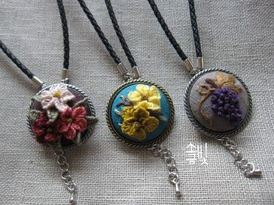 리넨실로 작게 꽃 세 송이 수놓아 목걸이 만들기 블루바탕에 대비되는 노란색으로 꽃 수놓기 목걸이 하면 ...