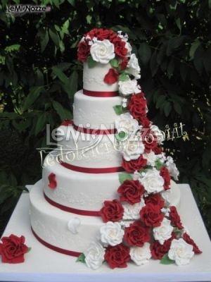http://www.lemienozze.it/operatori-matrimonio/catering_e_torte_nuziali/le_dolci_creazioni/media/foto/7  Torta nuziale con rose rosse e bianche