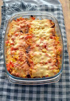 Enchiladas met kip -6 grote tortillawraps 300 gram kipfilet 1 blikje tomatenblokjes (400 gram) 1 rode ui in snippers ½ bakje cherrytomaatjes in partjes 1 teentje knoflook fijngesneden 1 klein blikje maïs 1 rode paprika in blokjes geraspte kaas Cajun kruiden olijfolie peper en zout