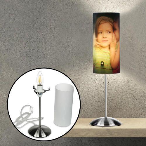 Diese Design Fotolampe ist ein personalisiertes Dekorationsstück mit besonderem Erinnerungswert: Lasse sie mit dem Bild Deiner Wahl bedrucken: Ob Familienfoto, tolles Urlaubsbild oder was immer Dir auf der schicken Leuchte gefällt und Dein Wohnzimmer aufwertet!