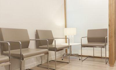 Reforma de Clínica Dental en Barcelona. Con la ordenación conseguimos una sala de espera más grande, y acogedora.