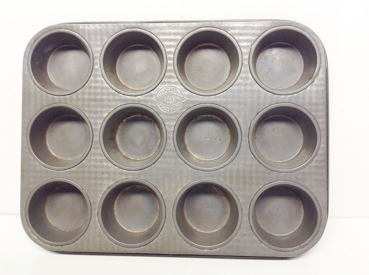 Vintage Willow Metal Cupcake Tin / Tray Made in Australia. Measures approximately 11-1/2 inches (29cm) x 9 inches (23cm) x 1 inch (2.5cm) Makes 12 cup cakes.