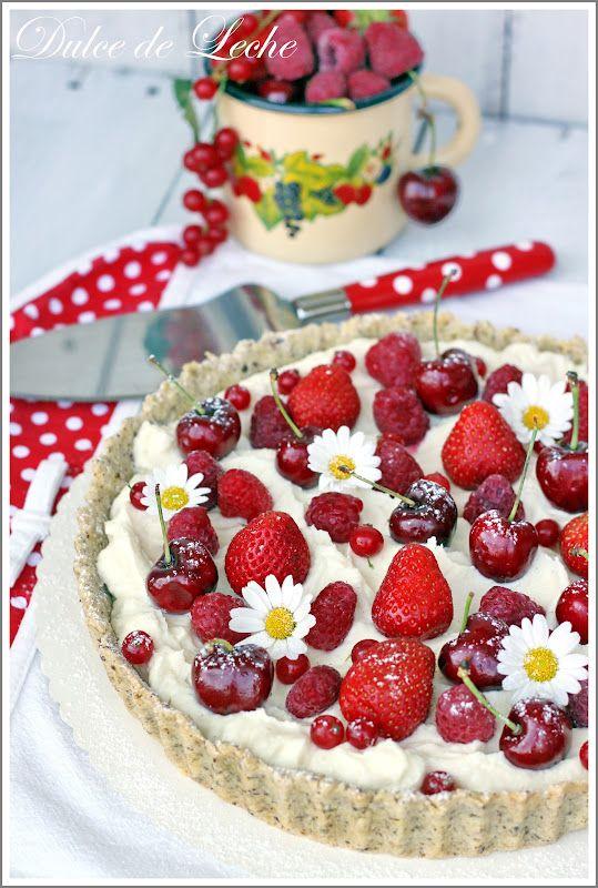 """*Ovocná tarta s krémom z bielej čokolády a mascarpone* Dokonalo letná """"tortička"""" ,ktorá je skvelou voľbou na zužitkovanie sezónneho ovocia ...potešte sa chrumkavým lieskovo-orieškovým korpusom s božským krémom z bielej čokolády a mascarpone...posypte ho šťavnatým ovocím a tortička Vám doslova rozkvitne pred očami :))"""