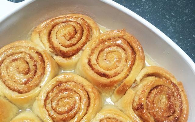 Ooit al een ovenverse cinnamon roll - kaneelbroodje voor de Vlaamsche zielen onder ons - geproefd? We verzekeren het je, wanneer hij uit je eigen oven komt, proeft hij duizend keer beter. En dat helemaal dankzij dit perfecte recept. Hoe krijg je je cinnamon rolls heerlijk zoet, zacht, maar toch een tikkeltje krokant? Redactrice Robine toont het je in de 'Zon(dig)dag'-aflevering van vandaag.