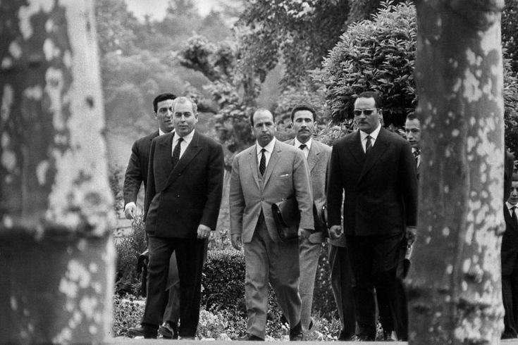 De g. à d., au premier plan : Ahmed Francis, Krim Belkacem, Gaid Ahmed ; au second plan : Tayeb Boulahrouf, Ali Mendjeli et Mohamed Benyahia. Evian, mars 1961