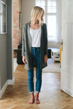 over-sized sweater, plain white T, + cuffed skinny jeans | skirttheceiling