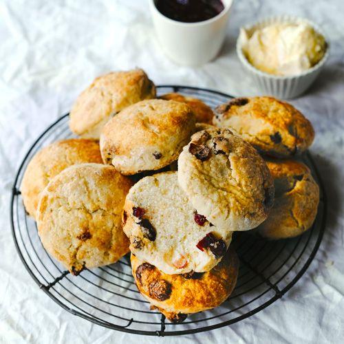 Serveer deze sinaasappel-cranberryscones met zure room en jam. Smullen!    1. Verwarm de oven voor op 230 ºC.    2.Zeef alledroge ingrediënten boven een kom en wrijfer snel de boter door tot het op broodkruimlijkt....