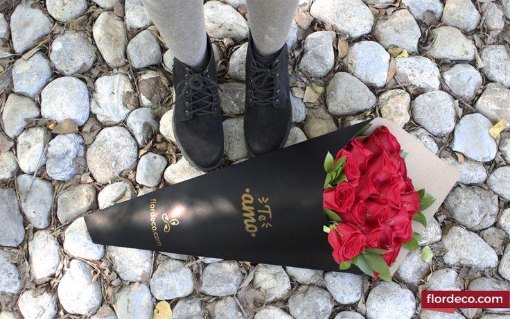 """Bouquet en cono exclusivo de Flordeco con 24 Rosas Rojas y Ruscus. Con frase """"Te amo"""". Altura aprox. 69cm"""
