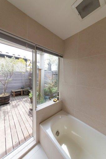 オープンなバスルームは露天風呂気分。天然石の替わりのタイルは、大きめのものを選んた。