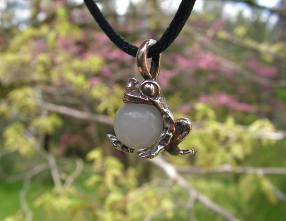 Ce pendentif en argent sterling entièrement est une grenouille-taureau avec une sphère de 8 mm Pierre de lune. La grenouille mesure 3/4 de pouce (18 mm) de haut en bas et pèse 3,6 grammes. Fait à la main finis à la main dans mon atelier. Toutes mes créations originales sont en argent sterling tout neuf et clairement marqué. J'inclus un cordon satin noir réglable de 30 pouces et un joli coffret cadeau avec toutes les annonces Etsy. Ce pendentif est également disponible avec de nombreux au...