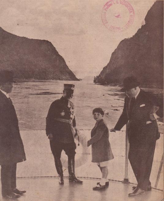 Regele Mihai in plimbare pe Dunare - 1928
