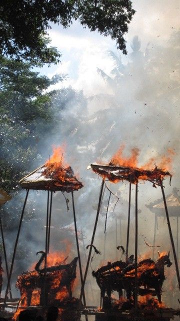 Cremation towers being burnt.   Lungsiakan, Kedewatan, Ubud