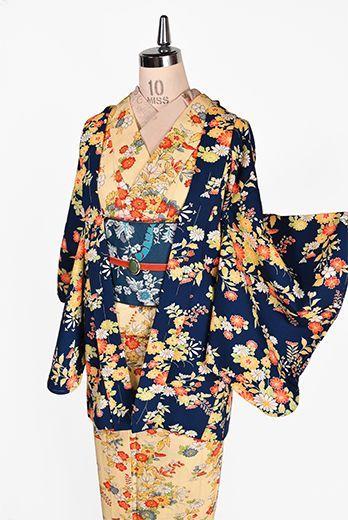 萩や菊花、撫子や桜のような和の花が、イングリッシュガーデンを色どるようなモダンでロマンチックなアレンジで染め出されたウールのアンサンブル(着物と羽織のセット)です。