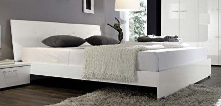 €. 147,00 Letto matrimoniale design moderno con testiera inclinata rivestita in ecopelle bianca.