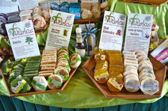 Jabones, cremas y otros productos naturales están a la venta en la EcoFeria. Foto José E. Maldonado / www.miprv.com