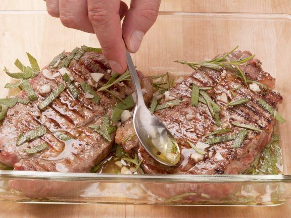 Steak aus der hohen Rippe in Kräutern mariniert ist ein Rezept mit frischen Zutaten aus der Kategorie Marinaden. Probieren Sie dieses und weitere Rezepte von EAT SMARTER!