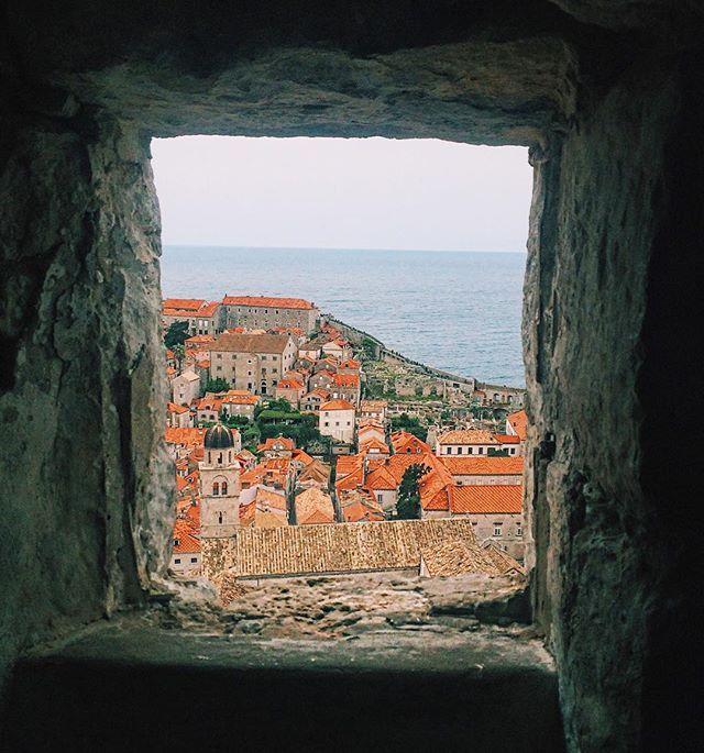A maravilhosa Dubrovnik ☺️ || @aricretella || the beautiful Dubrovnik - square - window - city - vision - photo - croatia - croacia - blog de viagem - dica de viagem - o que fazer croacia - hit the road girls