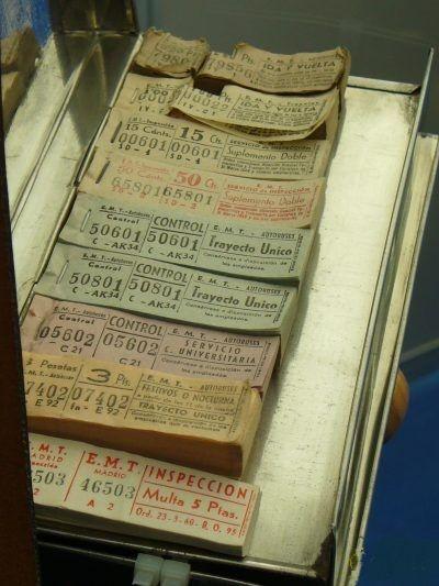 billetes del cobrador de autobus ~ he he he, este era como el de mi barrio, se pegaría un lengüetazo en el pulgar para arrancar el tiket. No lleva la esponja con agua.