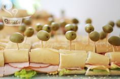 pão à metro feito em casa. É só comprar uma baguete bem fresquinha e rechea-la com cream cheese, um frio da sua escolha (os preferidos da casa são peito de perú, salame, copa, lombo defumado), uma camada de queijo generosa, alface, tomate e o que mais a sua imaginação permitir. http://naminhapanela.com/2010/09/18/boteco/