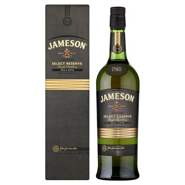B&R Bevande enoteca Torino - Shop online. Il Jameson è un whisky prodotto dalla più famosa distilleria irlandese. Questo Jameson è la fusione di due particolari whisky. Il prodotto viene fatto invecchiare in botti di ex-bourbon carbonizzato che rilascia un gusto particolare di legno oltre che gli aromi di spezia, frutta secca e vaniglia.