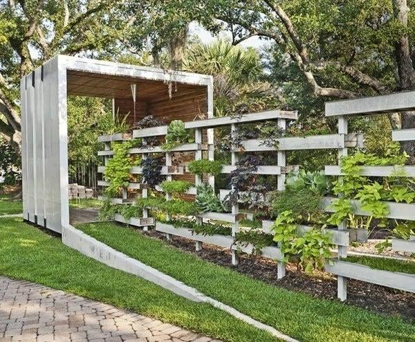 Clôture de palettes en bois recyclées avec des jardinières