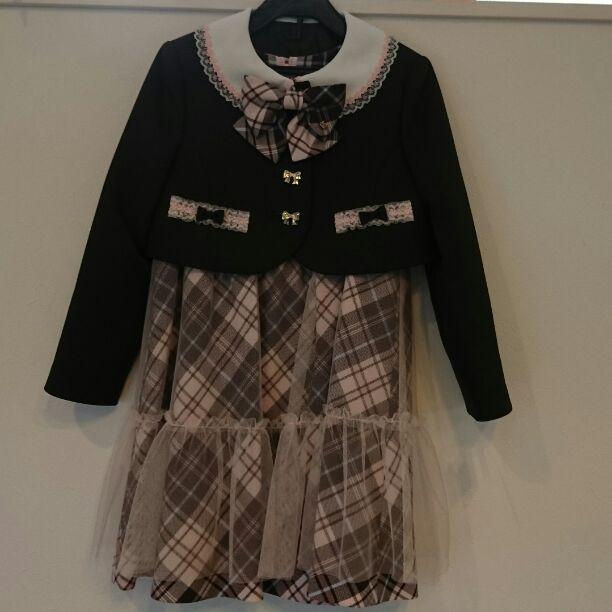 卒園式 入学式 結婚式にいかかでしょうか? 茶色のジャケットにピンクチェックワンピース リボン型のキラキラボタンでとても可愛いです。 サイズは120㎝になります‼