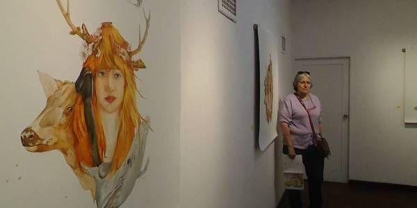 Nueve figuras de óleo sobre papel lino de la artista cuencana Rhut Maldonado Tinoco se exhiben hasta el 20 de enero en la Galería Larrazábal, ubicada en el parque de San Blas. La artista expone en la ciudad luego de 35 años de ausencia.