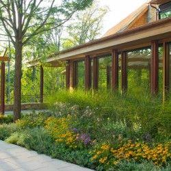Ogród North Cove Residence w Shelburne w stanie Vermont (USA) to realizacja pracowni Wagner Hodgson, która powstała przy ścisłej współpracy architektów krajobrazu i architektów. Więcej: http://sztuka-krajobrazu.pl/759/slajdy/ogrod-nad-jeziorem