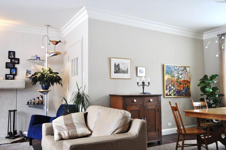 Mélange de styles et d'époques. Le gris très doux laisse toute la place aux meubles et aux tableaux et ce, dans une ambiance feutrée