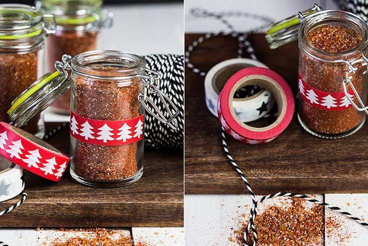 grilovací koření      1/4 hrnku třtinového cukru     1/4 hrnku hrnku sladké mleté papriky     3 lžíce černého pepře mlétého     1 lžíce uzené soli     2 lžíčky sušeného česneku     1 lžíčka chilli (můžete vynechat)