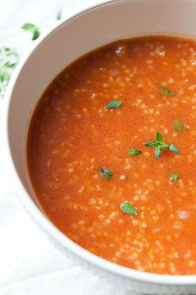 Zupa pomidorowa nieco inaczej, z kaszą jaglaną i świeżym tymiankiem. Kolejny dowód na to, że można zrobić pyszną zupę bez kostek bulionowych i innych polepszaczy smaku.