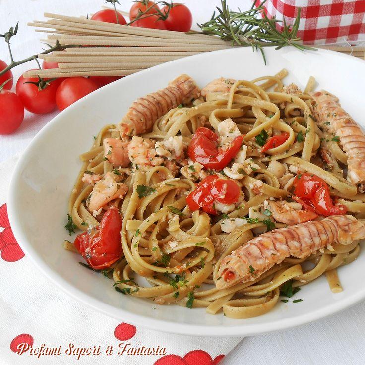Linguine al sugo di pesce e canocchie sono un primo piatto incredibilmente gustoso e saporito. Le linguine aromatizzate al rosmarino accentuano il profumo.