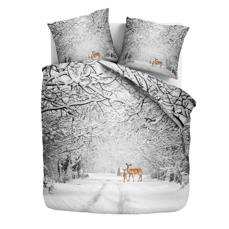 Traumschlaf Flanell Wendebettwäsche Marijn in warmer Baumwolle. Inmitten der schwarz/weissen Winterlandschaft fallen die farbigen Waldtiere sofort ins Auge. Die flauschig weichen Bettwaren eignen sich perfekt in den kalten Wintermonaten. #bettwäsche #beddingset #reh #hirsch #deer #reindeer #wald #forest #snow #schnee #bambi #flanelle #bedroom #schlafzimmer #bed #bett  www.bettwaren-shop.de