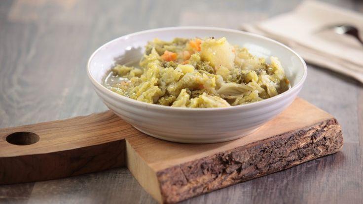Ricetta Zuppa di verza e patate: Zuppa di verza e patate, un primo piatto completamente vegetariano caldo e confortante da arricchire con qualche crostino per completarlo sia nel sapore che dal punto di vista nutrizionale.