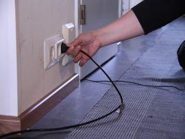 (1.-6.lk) Heino ja Hilma pohtivat kuinka käyttää kotona olevia sähkölaitteita oikein ja turvallisesti. Kuvien ja tarinan avulla materiaalissa uppoudutaan oppilaiden jokapäiväiseen sähkölaitteiden käyttöön.
