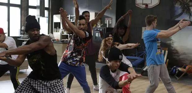 """Nach den Tanzfilm-Hits """"Streetdance 3D"""" und """"Streetdance 2"""" entführt """"Streetdance: New York"""" alle Fans akrobatischer Moves in die """"Welthauptstadt des Streetdance"""". Über 60 Tänzer aus aller Welt bringen dabei die Leinwand zum Kochen – allen voran die """"Ruby""""-Darstellerin und professionelle Ballett-Tänzerin Keenan Kampa, die als erste Amerikanerin im Ensemble des weltberühmten russischen Mariinsky Ballets tanzen durfte. /  Szene aus """"Street Dance: New York"""", Foto: Square One / Universum"""