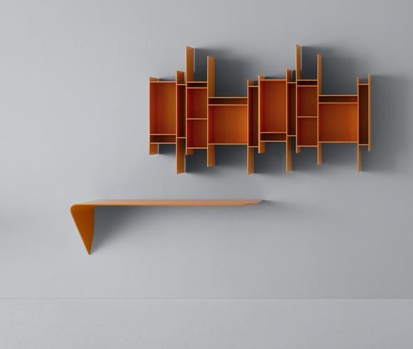 MDF, mensola Mamba Light, design Victor Vasiliev, e libreria Randomito, design Neuland Industriedesign, nella versione colorata in arancio.
