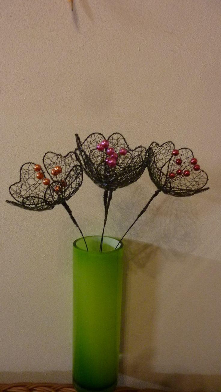 kytka-vlčí máky drátěná kytka , vypadá jak vlčí máky, různé barvy,růžová,červená,bílá,oranžová, pěkná dekorace do vázy,průměr je 10cm,délka kolem 40cm.