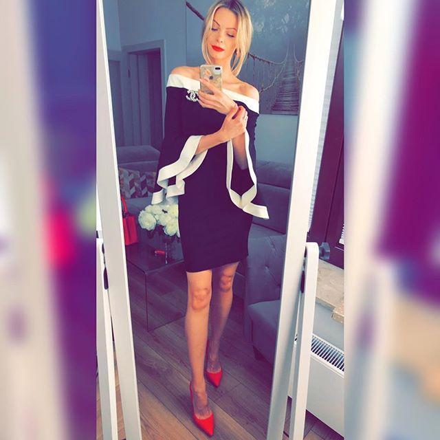 Kiedy kręcę vlogi zazwyczaj nie mam czasu robić profesjonalnych zdjęć swoich stylizacji. Nie inaczej było tym razem - zrobiłam zaledwie jedno zdjęcie tuż przed wyjściem z domu i nie planowałam publikować go na Instagramie. Dostałam jednak tak dużo wiadomości w sprawie tej stylizacji że postanowiłam zmienić plany. #polishgirl #blondegirl #selfie #mirrorselfie #ootd #olfaktoriaoitd  @semilac   @rinascimento_official  @kazar