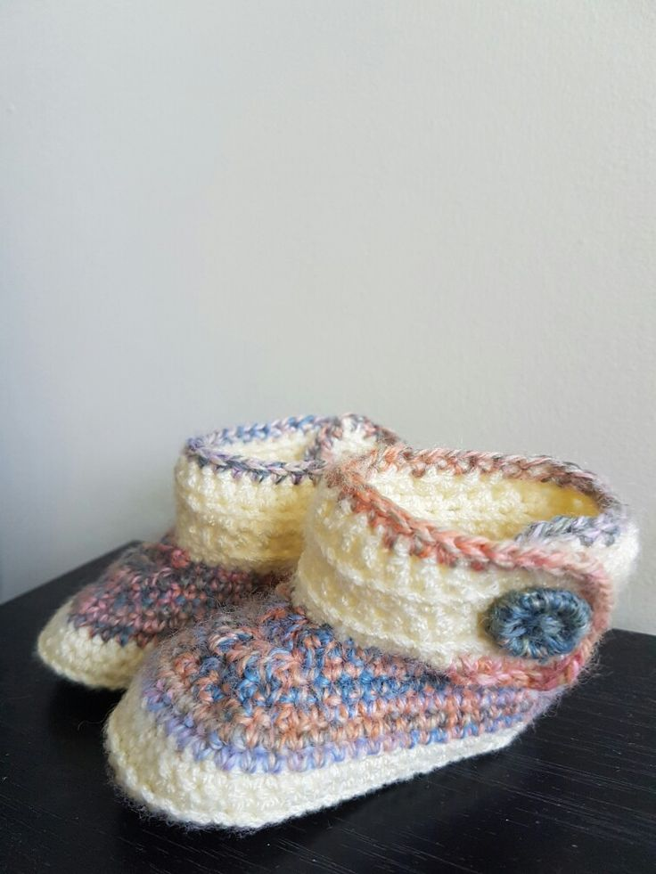 baby crochet booties with diy buttons :)