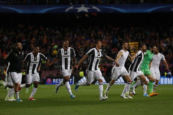 Juventus players celebrate winning after the UEFA Champions League quarter-final second leg football match FC Barcelona vs Juventus at the Camp Nou stadium in Barcelona on April 19, 2017. / AFP PHOTO / Marco BERTORELLO