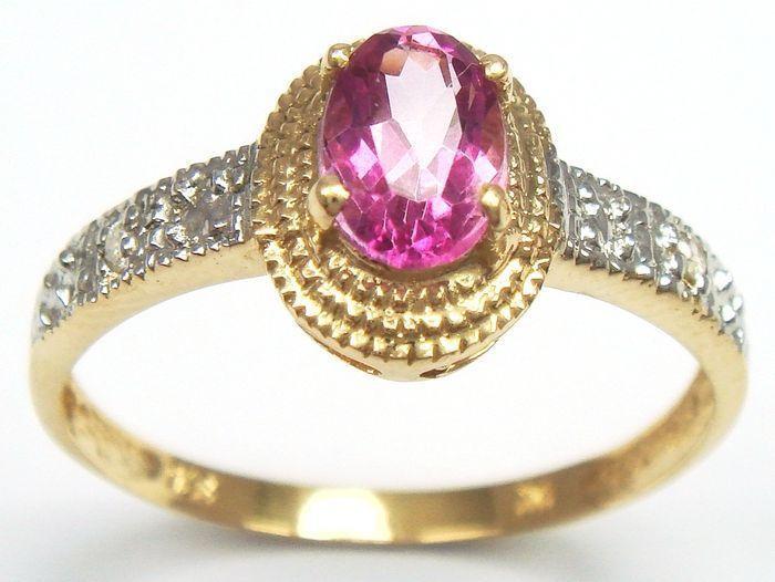 Gouden ring gezet met- 1 Pink Topaz Edelsteen van 0.68 CT en 2 Briljant Geslepen Diamanten 0.096 CT  Goudgehalte ( < 14 k) van dit sieraad is BWGG (beneden wettelijk goud gewicht) in sommige landen. - 2 Briljant Geslepen Diamanten met een totaal gewicht van: 0.096 ct - Helderheid: P1 - Kleur: L - 1 Geslepen Pink Topaz Edelsteen Gewicht- 0.68 CT - Afmeting 8 x 10 mm Pear slijpsel. - Dikte Ringband: 1.95 mm - Dikte Ringkop 3.85 mm - Totaal gewicht: 1.23 gram - Conditie: puntgaaf en in goed…