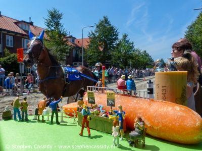 """Stephen Cassidy - Kleine Wereld - Derde jaar zomerfestival 'De Kennemerlaan leeft' Sjaak bewondert de paarden: """"Wat hebben die beesten toch een prachtige koppen."""" Yvonne:""""Sjaak! Het zijn edele dieren. Ze hebben hoofden!"""" Sjaak: """"Oh op die manier. Nou, dan ga ik nu even een hóófdstootje nemen, goed?"""" http://www.stephencassidy.nl/features/ijmuiden/kleine-wereld-velsen  #little people"""
