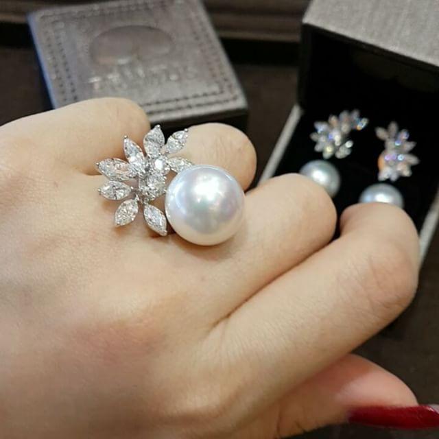 Gorgeous set of classic white South Sea pearl and more enchanting with magical marquis diamond sparkling. #primusjewelry #charupetch #diamonds #bride #weddingjewelrysets #diamondjewellery #diamondring #diamondbracelet #diamondnecklaces #diamondearring #highjewelry #highjewelrycollection #finejewellery #luxury #jewelleryaddict #fabulous #luxuryjewelry #fabulous #classy #diamondlovers #gorgeous #bahrain #qatar #kuwait